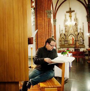 Fredrik Sixten i GA-kyrkan i Sundsvall i färd med att förbereda en konsert. Domkyrkoorganisten i Härnösand är också en av landets hetaste kyrkomusiktonsättare.