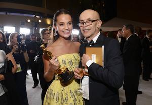 Alicia Vikander och hennes pappa Svante Vikander på Governors Ball efter Oscarsutdelningen.