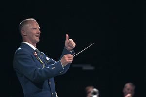Dirigenten Kenneth Eriksson visade orkestermedlemmarna hur nöjd han var med deras insatser. Det ska han vara, jubileumskonserten var högklassig.