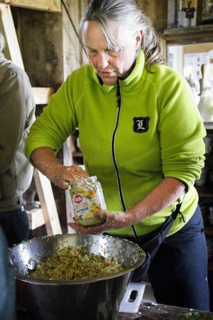 Eva Sandborgh från Järvsö trycker ner riven kål i en burk där den ska fermenteras och bli surkål.