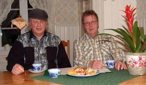 Programförberedelser. –Vetskapen om att vi glädjer många lyssnare är vår lön, förklarar Per Nordquist och Peo Hindèn, som här sitter i Peos kök och förbereder ett program.