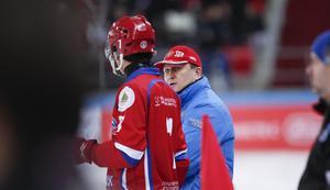 Michail Juriev i samspråk med Sergej Lomanov under VM i Chabarovsk 2018. Foto: Rikard Bäckman / Bandypuls.se / TT