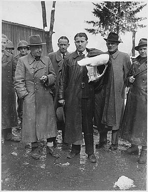 Konstruktören bakom nazisternas fruktade V2-raketer, Wernher von Braun, gripen av amerikanerna 1945. Foto:  Louis Weintraub