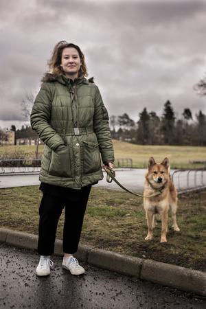 Linnéa Hammarqvist är ute med sin hund Kiwi. Dödsfallet har gjort henne orolig.