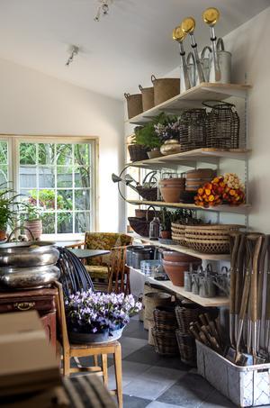 Inne i butiken har det laddat upp med det mesta inom trädgård.