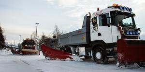 Sundvalls kommun börjar ploga gator som är trafikerade av bussar när det fallit 4-6 centimeter snö. Arbetet tar 6-8 timmar. I bostadsområden påbörjas snöröjningen senare och tar längre tid.