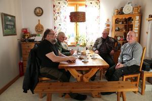 Rådjuren utfodras tre gånger per dag utanför Kenneth Anderssons hus.  Nils, Johnny och Hans är alla engagerade Hansjö viltvårdsområde.