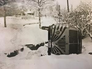 Den 12 januari 1961 slant en av Fricks bussar in i Erik Frääs trädgård vid i Kärvsåsen. Olyckan skedde efter ett möte med en personbil och det troligen var halt på platsen. Ingen person ska dock ha skadats. Bilden är tagen av konstapel Gösta Palm. Idag är bussen Emils.