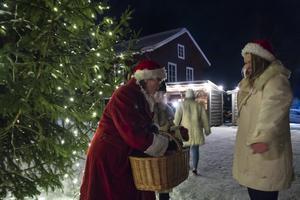 Tomtemor Ulrika Sörqvist tackade tärnorna i Lions luciatåg med en påse godis.