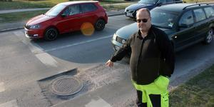 Göran Haraldsson påpekar att den, som har gjort grävjobbet vid brunnen på Knektgatan, borde åtminstone ha satt upp varningsskyltar. Då hade han sluppit få en av bilens fälgar förstörd.