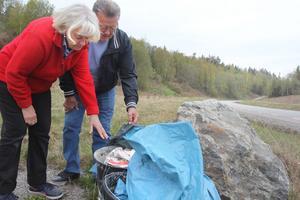 Kommunen har varit tvungen att sätta stora stenar för infarterna till det som en gång skulle bli en naturskön rastplats. Nu dumpas skräp där.