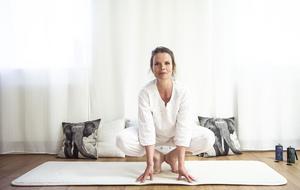 Yogaövningen grodan kan vara ett alternativ att utöva på midsommaraftonen i stället för att hoppa runt stången som små grodor.