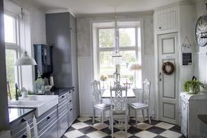 Köket är helt omgjort. Ann-Katrin och Kenneth valde att sätta in ett nytt kök från Ikea och byggde ett skafferi i ena hörnet. Det schackrutiga golvet är också nylagt.