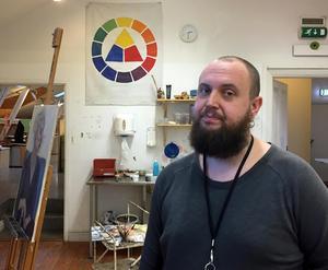Dan Wid visar sin arbetsplats  Västerås Konstskola.