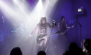 Dalarnas mest taktfasta metal-kvartett gav falupubliken en rejäl dos industriell hårdrock. Foto: Olle Ekman