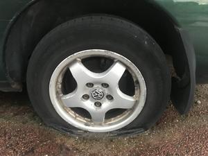 När bilens alla fyra hjul saknar luft kan det antas att den inte kommer att rulla därifrån självmant.