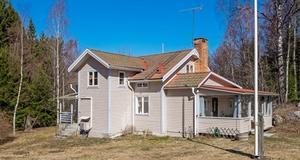 Hus med mycket goda biytor i form av en lada med loge och ladugård? Här finns en trevlig villa med lantligt lugnt läge. Stor tomt – cirka 12 000 kvm. Foto: Mikael Tengnér/Länsförsäkringar fastighetsförmedling.