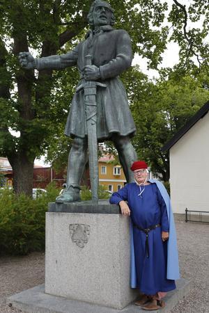 """""""Egentligen borde jag stå staty här i stället för Engelbrekt"""", säger Hans Almgren i sin roll som Magnus Ladulås. Magnus var kung mellan 1275 och 1290 och var den som gav Arboga sina privilegier."""