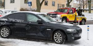 Personbilen fick en buckla i dörren och en trasig gardin. På grund av dålig sikt genom fönstret bärgades den från platsen.