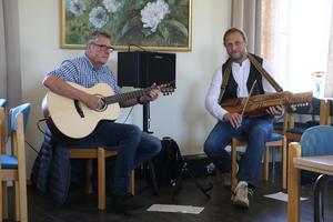 Peter Berh från Kumla och Hans-Peter Åblad från Hackvad underhöll i kyrkskolans kafé.