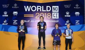 Eva-My Persson högst upp på pallen med guldmedaljen.