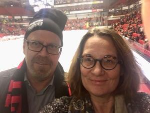 Min tredje Gästrikepärla är Brynäs, ishockeylaget i mitt hjärta. Efter en turbulent vecka med sparkad tränare så gick jag på min första match i Gavlerinken/Monitor ERP Arena i torsdags. Och vilken jubelföreställning det blev med hattrick av lagkapten Anton Rödin och 5–2 mot Rögle. I min barndom var de bäst i Sverige men det var först när jag träffade min blivande make som de blev även mitt lag. Maken däremot blev supporter 1967 och glömmer aldrig när Inge Hammarström bad att få låna hans ketchupflaska från lunchbordet på Pigalle. På bilden är maken till vänster.