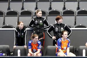 Helena Laulainen till höger i svart.