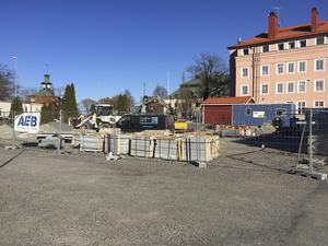 """Området nedanför """"Odd Fellow-huset"""" kan komma att snyggas upp till en mer ordnad parkeringsyta där längre parkeringstider medges. En lösning som Unika Ludvika skulle applådera."""