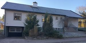 Rådjursstigen 7 i Köping. Fastigheten har sålts för över tre miljoner kronor.