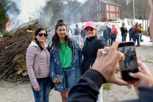 Fatima Moridifar, Hanieh Mohammadbeigi och Parvin Moridifar blev fotograferade framför brasan på Norra berget.