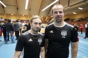 Antti Wikström, till höger i bild, är ordförande för Sandvikens BK. Bredvid honom Isac Florentin som är tränare i klubben.