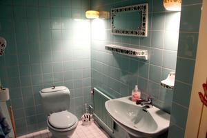 Fem toaletter i olika färger och matchande inredning.