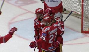 Jubel efter Henrik Björklunds första av tre mål hemma mot Troja/Ljungby. Det här betydde 2–3 i den andra perioden. Bild: C More.