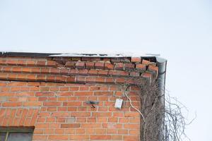 Tegelstenar som buktar ut eller har lossnat ger husets yttre en nedgången prägel. I slutet av 2019 ska varenda tegelsten ligga på plats igen.
