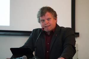 Petter Bykvist (V) vill se ett politiskt beslut angående privatiseringen av hemtjänsten.