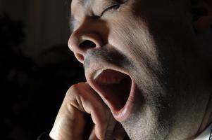 Tår man och lägger sig tidigare får man sova längre, påpekar skribenten.