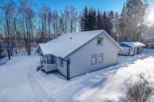 Familjevilla med rymligt kök och vardagsrum. Utgång till trädgården från vardagsrummet. Gästhus på gården samt stort förråd.  Foto Mikael Tegnér.