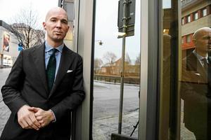 Försvarsadvokaten Anders Ericson menar att det var ett vådaskott som avlossades från hans klients vapen.