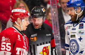 Timrås Anton Wedin och Leksands Austin Madaisky är inte överens. Foto: Pär Olert/Bildbyrån