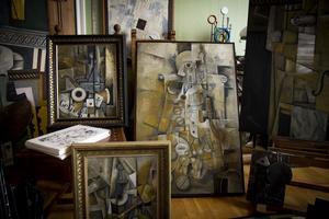 Några av de stora tavlorna staplade i målarhörnan.