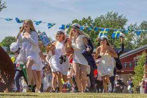 Studenterna springer ut från Nynäshamns gymnasium.