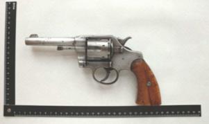 På passagerarsätet bredvid den sovande mannen hittades en revolver i kaliber .38, laddad med sex skarpa patroner. Bild: Polisens förundersökning