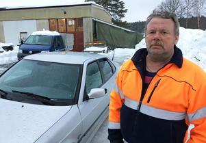 Per-Erik Lundholm är kritisk mot snöröjningen på Hemsön.