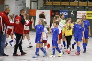 Spelare och ledare i Sala FF och Norrby SK tackar varandra för matchen i F09.