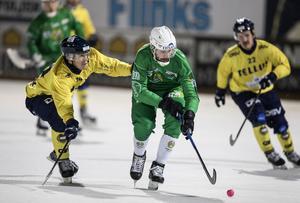 Filip Skoglund försöker få stopp på Hammarbys dåvarande stjärnryss Alan Dzhusoev. Den här säsongen kunde inte Skoglund spela en enda match på grund av ryggproblem. Bild: Christine Olsson / TT