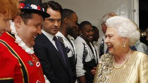 Komikern Jimmy Carr andra från vänster. Till höger: Storbritanniens drottning Elizabeth II. Bild: Dave Thompson/TT