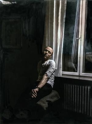 Nino Ramsby i ett självporträtt vid ett fönster.