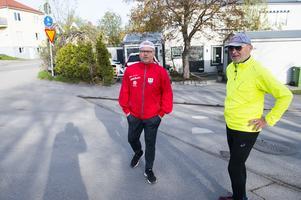 Kent Norberg och Kjell Johansson gör sig redo för morgonpromenaden.