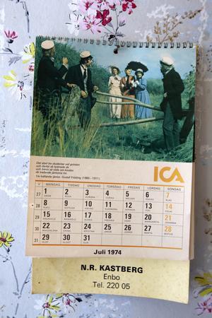 Almanackan i köket visar juli 1974.