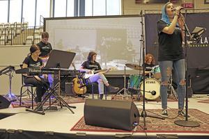 Musik framfördes också på gymnasiemässan. Här står Angelique Einevik vid mikrofonen kompad av sina kamrater i bandet.